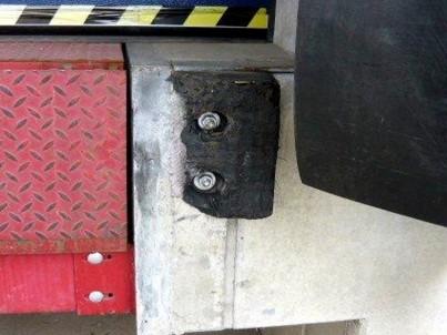 Poškozený gumový doraz nákladové rampy